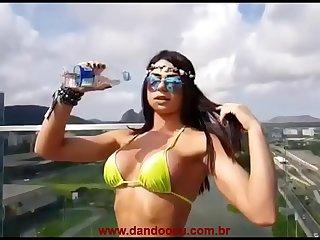 Novinha Ninfeta Muito Gostosa Rebolando A Bundinha Com Tanga Cavada No Rabo  www.dandoocu.com.br