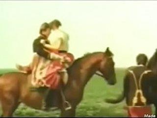 sexo hetero montado sobre  un caballo